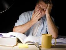 Giovane che studia alla notte Fotografia Stock