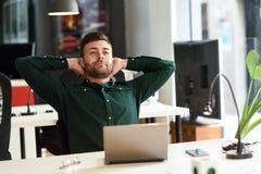 Giovane che studia con il computer portatile sullo scrittorio bianco Immagini Stock Libere da Diritti