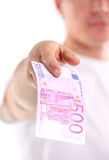 Giovane che tiene il banknotebankn dell'euro cinquecento Immagine Stock