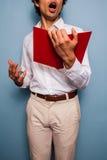 Giovane che tiene un libro e che canta Fotografie Stock Libere da Diritti