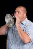 Giovane che urla tramite un corno del metallo Fotografia Stock