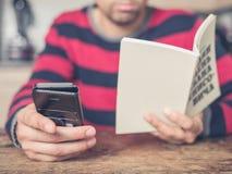 Giovane che usando Smart Phone e lettura Immagine Stock
