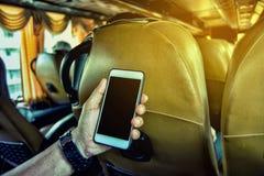 Giovane che usando uno smartphone Immagine Stock