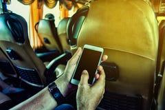 Giovane che usando uno smartphone Immagini Stock
