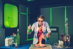 Giovane chimico che fa gli esperimenti in laboratorio Fotografie Stock Libere da Diritti