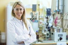 Giovane chimico sorridente nel laboratorio di chimica Fotografia Stock