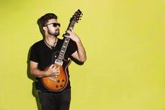Giovane chitarra elettrica di gioco castana fresca appassionata bella fotografie stock libere da diritti