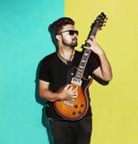 Giovane chitarra elettrica di gioco castana fresca appassionata bella immagini stock libere da diritti