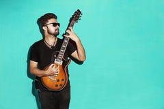 Giovane chitarra elettrica di gioco castana fresca appassionata bella fotografia stock
