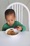 Giovane cibo del ragazzo Fotografie Stock