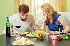 Giovane cibo delle coppie Fotografie Stock