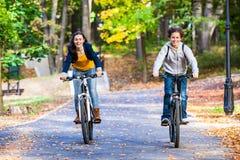 Giovane ciclismo attivo della gente Fotografia Stock