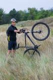 Giovane ciclista su un mountain bike Immagine Stock