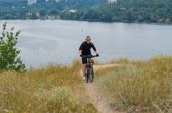 Giovane ciclista su un mountain bike Immagini Stock