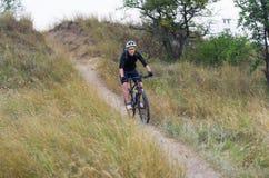 Giovane ciclista su un mountain bike Fotografia Stock Libera da Diritti
