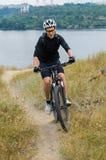 Giovane ciclista su un mountain bike Immagini Stock Libere da Diritti
