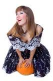 Giovane cinderella di risata che si siede sul pumpking immagini stock libere da diritti