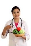 Giovane ciotola femminile della tenuta di medico del dietista di verdure Fotografia Stock Libera da Diritti