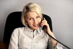 Giovane colloquio della donna di affari sul telefono Fotografia Stock