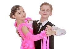 Giovane colpo di angolo basso dei ballerini… appena dei piedi e delle gambe - questa vista ha avuta il colore rimosso dal pavimen fotografia stock