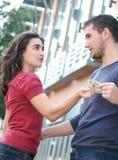 Giovane combattimento delle coppie, discutente sui soldi Fotografia Stock Libera da Diritti