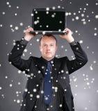 Giovane computer portatile della tenuta dell'uomo d'affari sulla sua testa Fotografie Stock Libere da Diritti