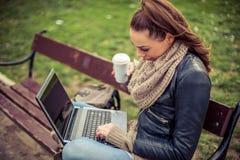 Giovane computer portatile di Using dello studente in parco Fotografie Stock