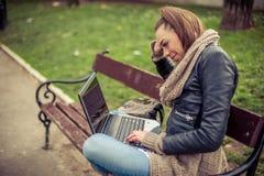Giovane computer portatile di Using dello studente in parco Immagini Stock Libere da Diritti