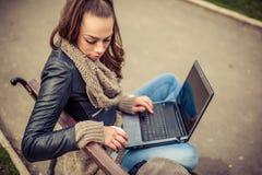 Giovane computer portatile di Using dello studente in parco Fotografia Stock Libera da Diritti