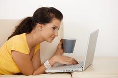 Giovane computer portatile usando femminile Immagini Stock Libere da Diritti