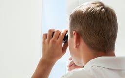 Giovane con binoculare Fotografia Stock