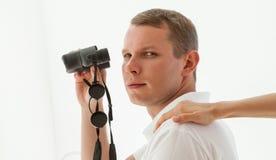 Giovane con binoculare Immagine Stock