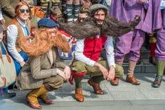 Giovane con i baffi e le barbe giganti Fotografie Stock