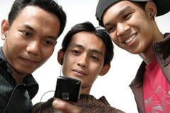 Giovane con i dispositivi Fotografie Stock Libere da Diritti