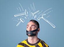 Giovane con i segni incollati del martello di battitura e della bocca Fotografia Stock
