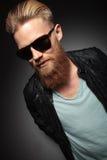 Giovane con i sorrisi lunghi della barba Fotografie Stock Libere da Diritti