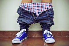 Giovane con i suoi pantaloni e biancheria intima giù Fotografia Stock Libera da Diritti