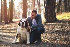 Giovane con il cane fotografie stock