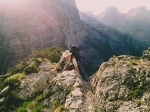 Giovane con il cappello che scala la traccia lunga alla sommità in Julian Alps, Europa, Slovenia di Triglav nel luglio 2017 Fotografia Stock