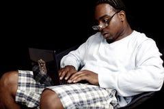 Giovane con il computer portatile Fotografia Stock Libera da Diritti