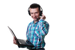 Giovane con il computer portatile della tenuta della cuffia avricolare - uomo della call center con il hea Fotografia Stock Libera da Diritti