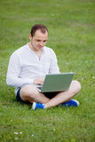Giovane con il computer portatile esterno Fotografia Stock