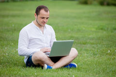 Giovane con il computer portatile esterno Immagini Stock Libere da Diritti
