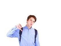 Giovane con il pollice giù Ritratto dell'adolescente, zaino di trasporto dello studente Immagini Stock