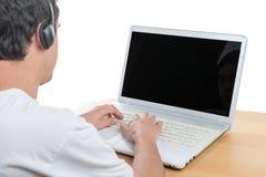 Giovane con il suo computer portatile Fotografie Stock