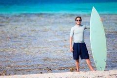 Giovane con il surf Fotografia Stock