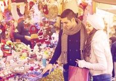 Giovane con l'amica al mercato di natale fotografia stock libera da diritti