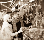 Giovane con l'amica al mercato di natale immagine stock libera da diritti