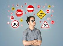 Giovane con l'occhio ed i segnali stradali incollati Immagine Stock Libera da Diritti