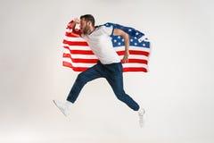 Giovane con la bandiera degli Stati Uniti d'America immagine stock libera da diritti